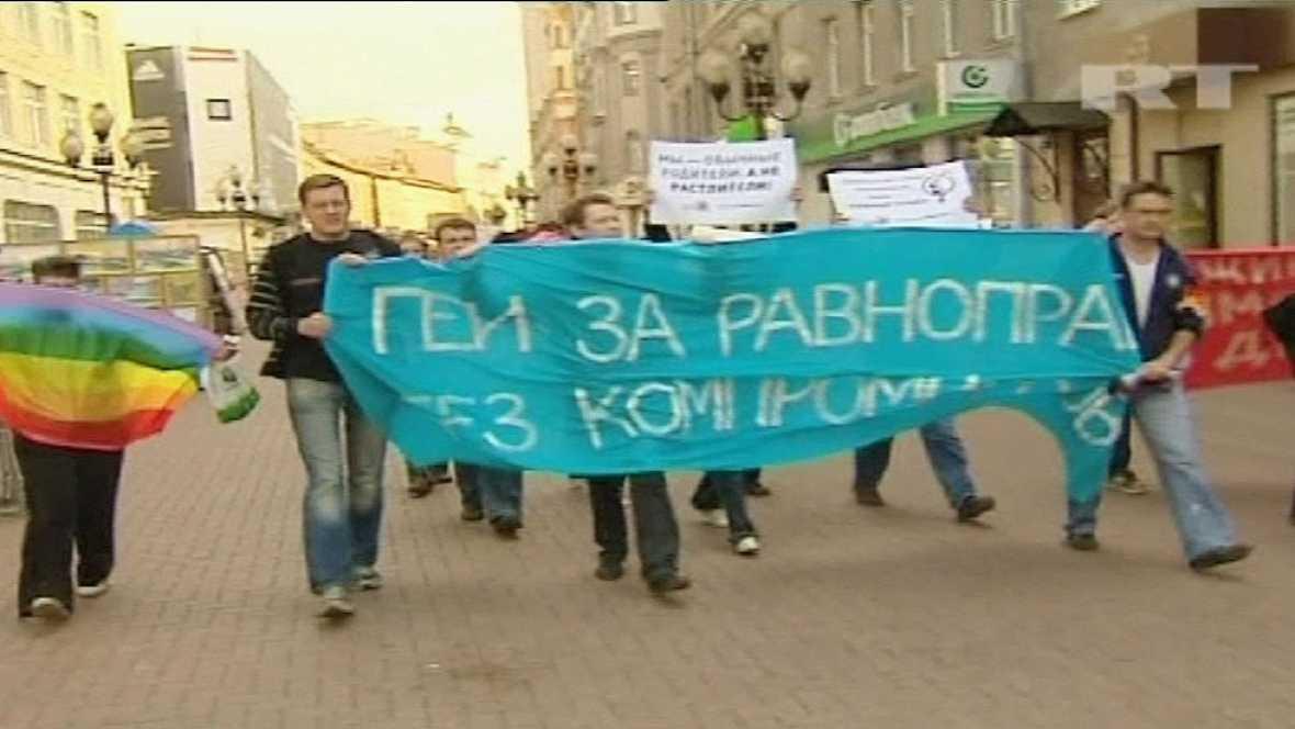 En Rusia, dos mujeres han logrado sortear la prohibición que pesa en el país sobre los matrimonios entre personas del mismo sexo. Una de ellas es transexual y consiguieron casarse en San Petersburgo porque todavía figura como hombre en el pasaporte.