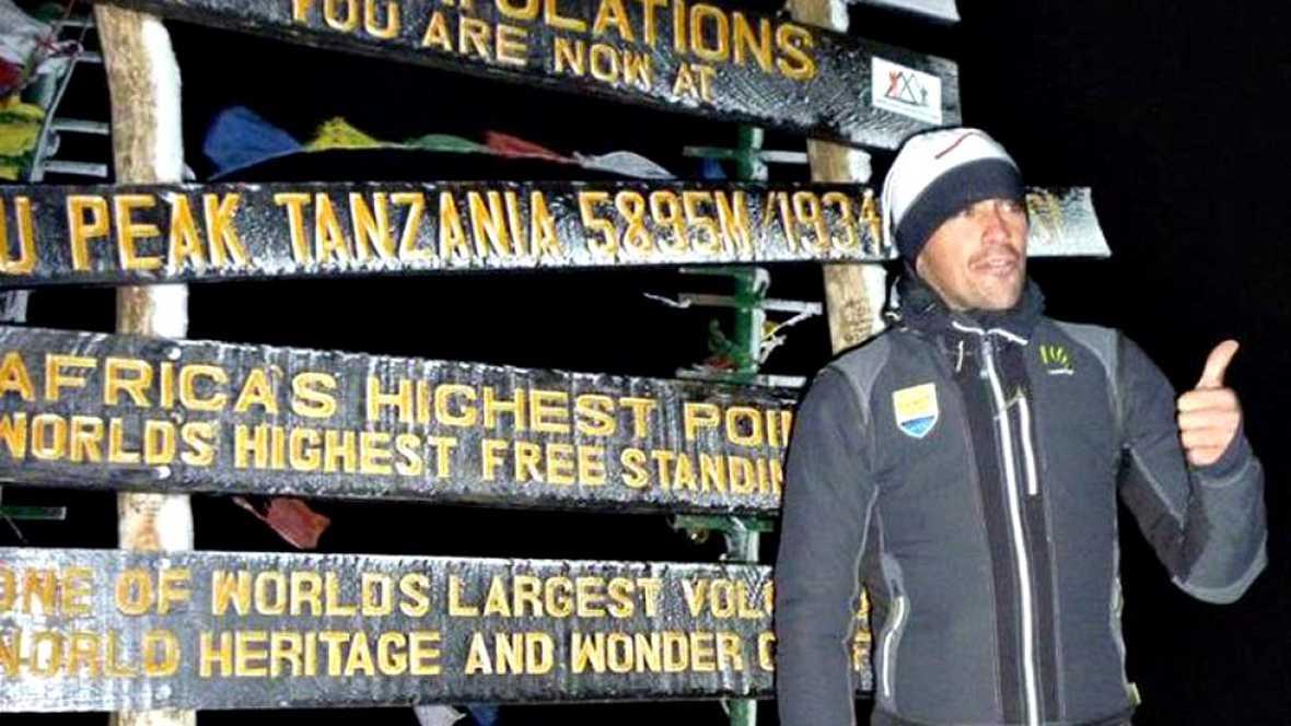 El ciclista español Alberto Contador ha regresado de África tras conquistar la cumbre más alta de su carrera, los 5.895 metros del Kilimanjaro junto con el 70 por ciento de los integrantes del equipo Tinkoff-Saxo, que también lograron escalar la mont