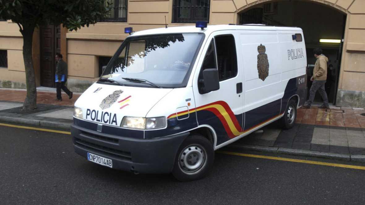 Prisión sin fianza para la pareja detenida por la muerte del niño hallado en Oviedo