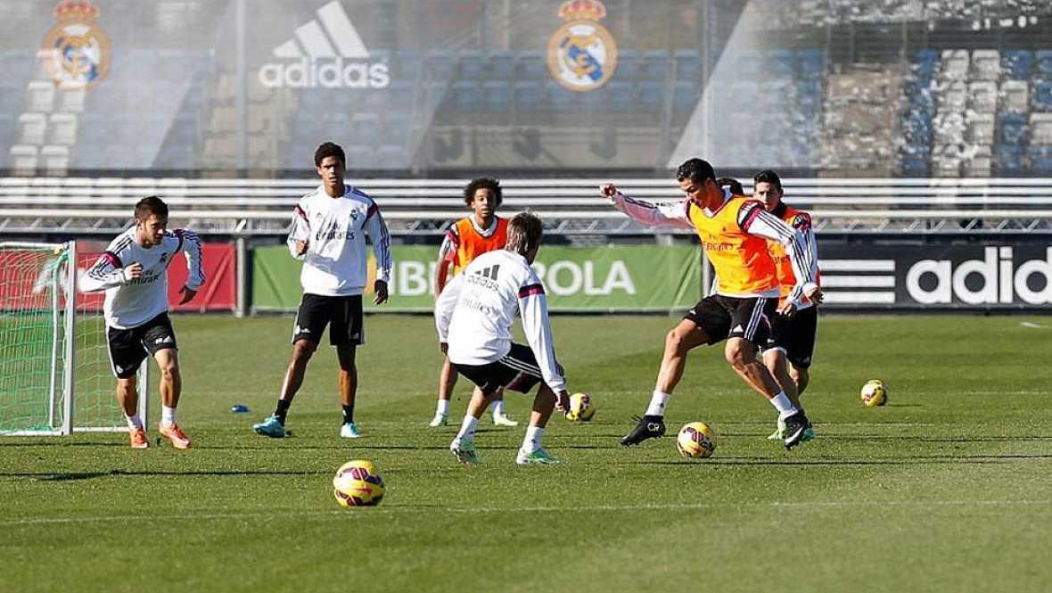Modric ha sido el hombre del día en la vuelta al trabajo del Real Madrid. Muchos compañeros no habían podido animarle en persona después de su lesión y ya han podido hacerlo.
