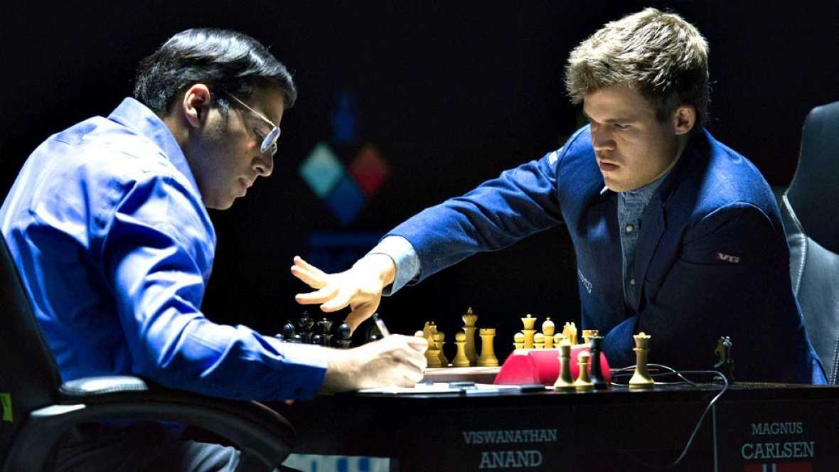 El noruego Magnus Carlsen derrotó este domingo al indio Viswanathan Anand en la undécima partida del campeonato por el cetro mundial de ajedrez disputado en la ciudad rusa de Sochi (mar Negro) y retuvo su corona. Carlsen consiguió con las blancas el