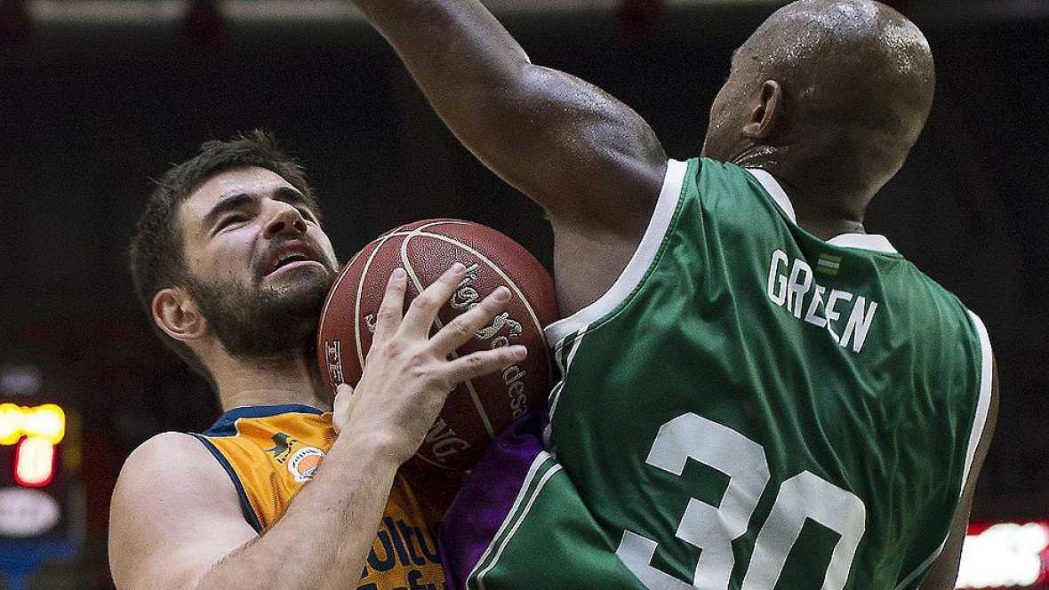 El Unicaja de Málaga ha mostrado su fortaleza al imponerse en la cancha del Valencia Basket, lo que le permite seguir el rítmo de la parte alta de la tabla.