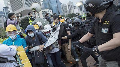 Al menos 40 detenidos en una nueva jornada de protesta que ha bloqueado Hong Kong