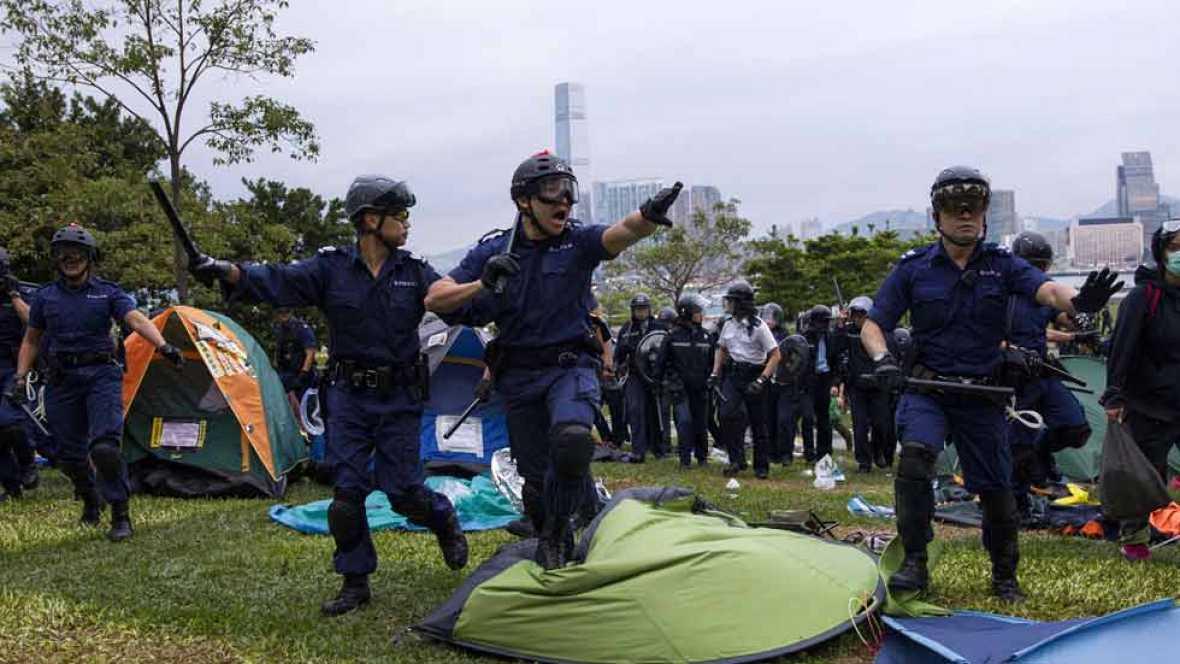 Cargas policiales en Hong Kong para disolver a los protestantes que intentaron cercar varios edificios gubernamentales