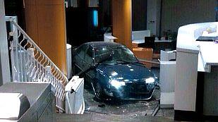 El coche que estrelló un hombre en la sede del PP ha llegado hasta el interior