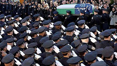 Decenas de miles de personas han participado en el funeral del policía Rafael Ramos