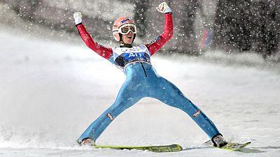 El saltador austriaco Stefan Kraft se ha adjudicado este lunes la  primera prueba de los Cuatro Trampolines, celebrada en la estación  alemana de Oberstdorf, donde se ha impuesta a su compatriota Michael   Hayboeck y al esloveno Peter Prevc. Kraft se