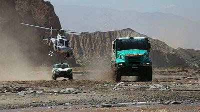 En Buenos Aires arranca un año más el Rally Dakar y este domingo se disputa la primera etapa. Los pilotos españoles parten como favoritos. Marc Coma defiende corona en motos y en coches habrá lucha entre el actual campeón Nani Roma y el madrileño Car