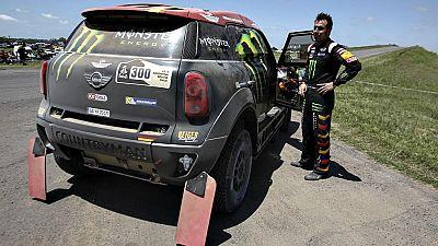 El británico Sam Sunderland (KTM), en motos, y el catarí Nasser  Al-Attiyah (Mini), en coches, se han convertido en los primeros  líderes del Rally Dakar, que se celebra desde este domingo hasta el  17 de enero y pasará por Argentina, Chile y Bolivia