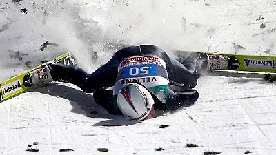 El excampeón olímpico Simon Ammann sufrió un duro accidente en la prueba de cuatro trampolines en la estación austríaca de Innsbruck. Ammann se quedó inconsciente pero la caída no ha tenido consecuencias graves.