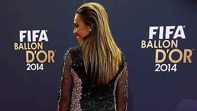 La alfombra roja da para mucho y más en una gala donde se juntaron las estrellas más brillantes del fútbol mundial.