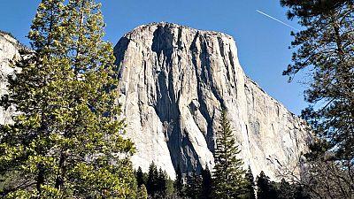"""Los estadounidenses Tommy Caldwell y Kevin Jorgeson se convirtieron este miércoles en los primeros en escalar en una sola expedición de diecinueve días la montaña de granito """"El Capitán"""" del Valle de Yosemite (California)."""