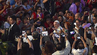 Multitudinario recibimiento al papa Francisco en Filipinas