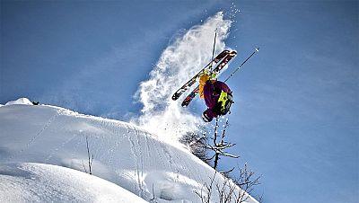 Este esquiador austríaco de 19 años es todo un especialista en descenso libre. Es de la clase de deportistas que después de sufrir una caída de más 30 metros, mira hacia arriba, y se vuelve a tirar.