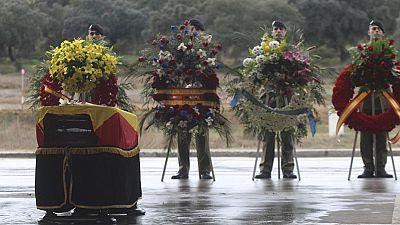 Compañeros del cabo Soria arropan a la familia en su funeral