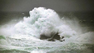 La Agencia Estatal de Meteorología activa las alertas por oleajes en Galicia y por aludes en Cataluña