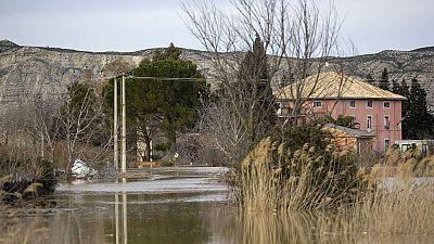 Desalojan a una veintena de vecinos de Monzalbarba, en Zaragoza, por la crecida del Ebro