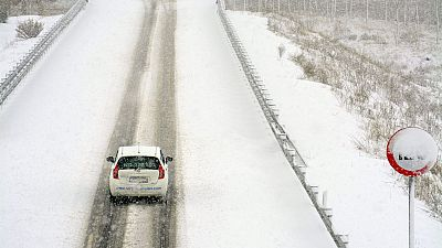La nieve cierra la principal vía de acceso entre Asturias y León y entre Cantabria y Palencia