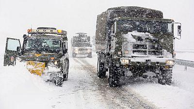 La Unidad Militar de Emergencias trabaja día y noche para abrir paso a los pueblos aislados por la nieve