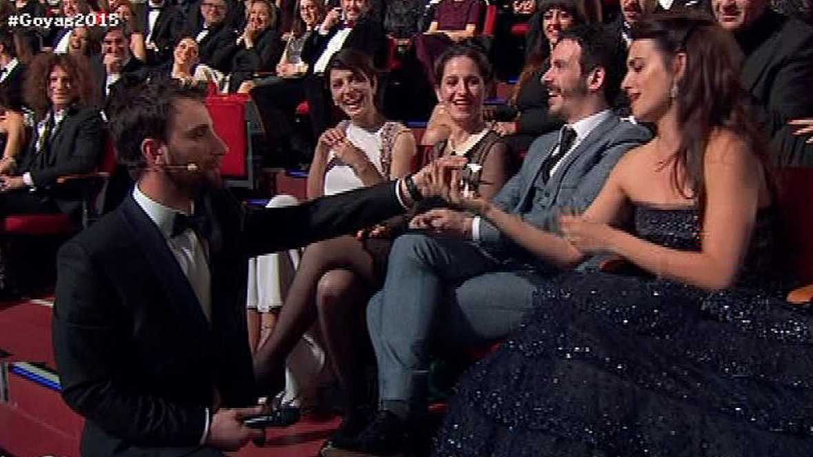 Dani Rovira le regala en los Goya 2015 un Opel Kadett a Penélope Cruz