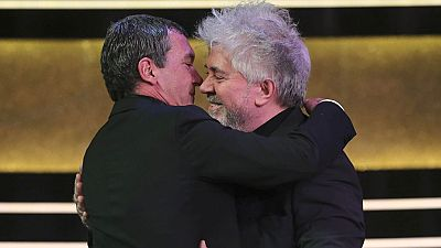 Pedro Almodóvar recuerda la trayectoria que le une a Antonio Banderas al entregarle el Goya de Honor
