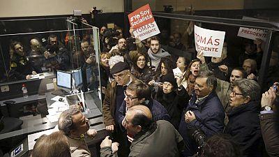 Medio centenar de personas protestan ante la sede del PSOE contra la destitución de Tomás Gómez