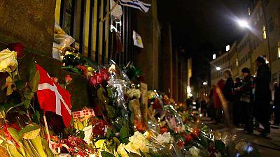 Flores frente a la sinagoga atacada en Copenhague