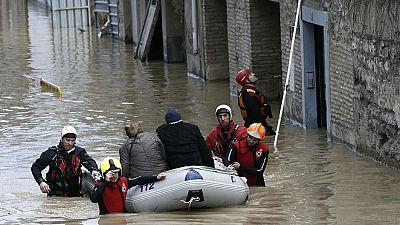 La crecida del Ebro inunda cascos históricos de ciudades como Tudela, en Navarra