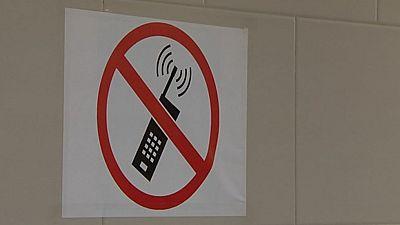 Docentes y familias preocupados por el mal uso de los smartphones en horario escolar