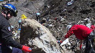 Los equipos de rescate buscan una vía terrestre para trasladar las piezas más grandes del avión
