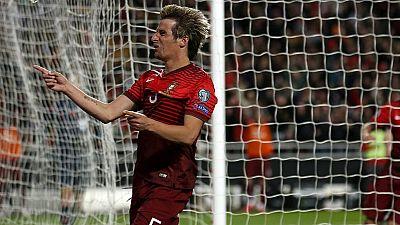 La Portugal de Cristiano Ronaldo se ha colocado líder de grupo al derrotar a Serbia con una gran actuación de Fabio Coentrao, que dio un gol y metió otro.
