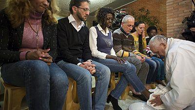 El Papa Francisco lava los pies a doce presos en la misa del Jueves Santo