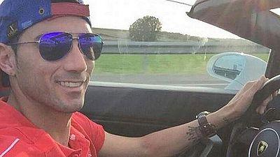 Esta foto del jugador del Sevilla Reyes ha sido un fenómeno viral en las últimas horas. Aparentemente conduce y está sin cinturón, al margen de que él mismo hizo la foto. Aunque ha dicho que el coche estaba parado ... le puede costar unos cuantos pun