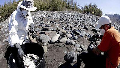 La mancha de fuel del pesquero hundido en Canarias alcanza ya la playa de Verenguera