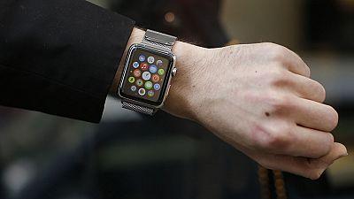Los primeros relojes inteligentes de Apple ya están en la muñeca de sus dueños