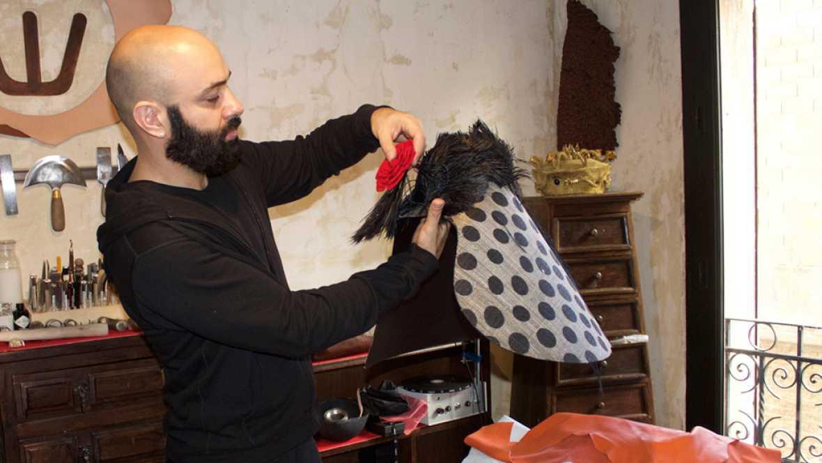 El diseñador Assaad Awad habla sobre la exposición que ha hecho junto al Museo del Traje con vestidos de Balenciaga que se titula: Assaad Awad plays Balenciaga.