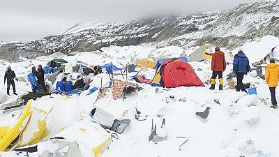 Los equipos de rescate continúan evacuando a los montañeros atrapados en el Everest