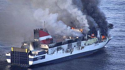 Dos embarcaciones de salvamento marítimo, un helicóptero y un remolcador trabajan para sofocar el fuego del ferry Sorrento