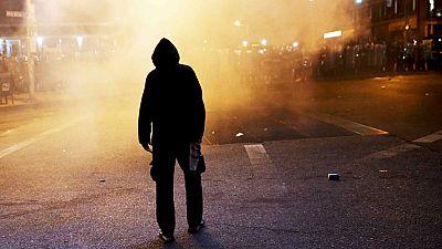 Más violencia y enfrentamientos con la policía en la segunda noche de protestas contra la violencia racial en Baltimore