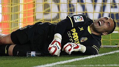 El portero del Villarreal Sergio Asenjo se vuelve a topar por tercera vez en su carrera deportiva con una grave lesión de rodilla después de sufrir una rotura de la plastia del ligamento cruzado anterior de la rodilla derecha durante el partido ante