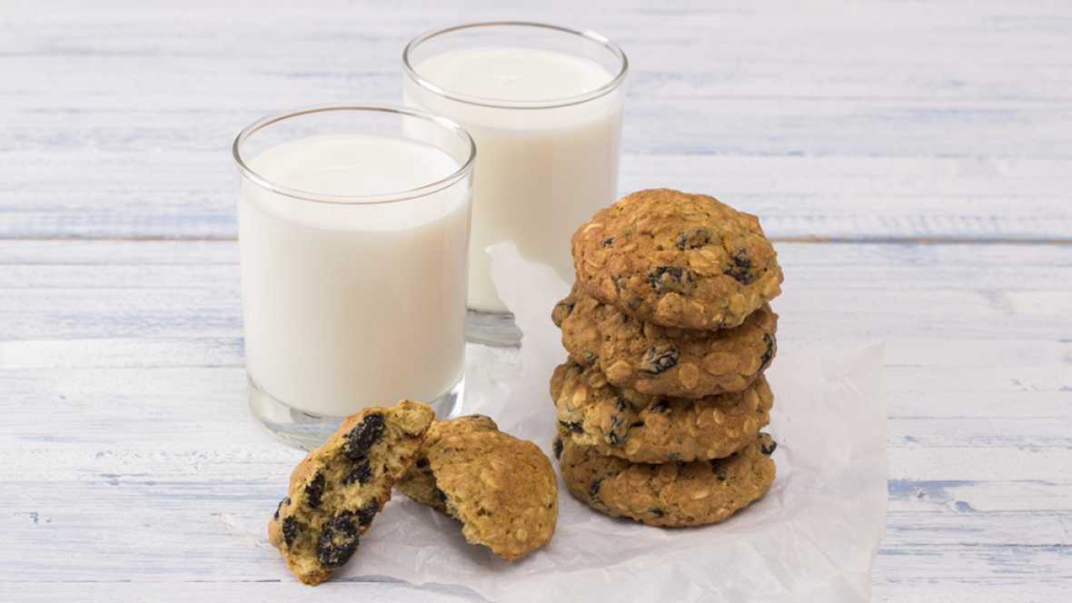 ¿Desayunar leche con galletas o cereales es saludable?
