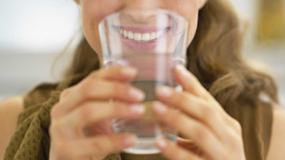 Beber agua durante las comida engorda