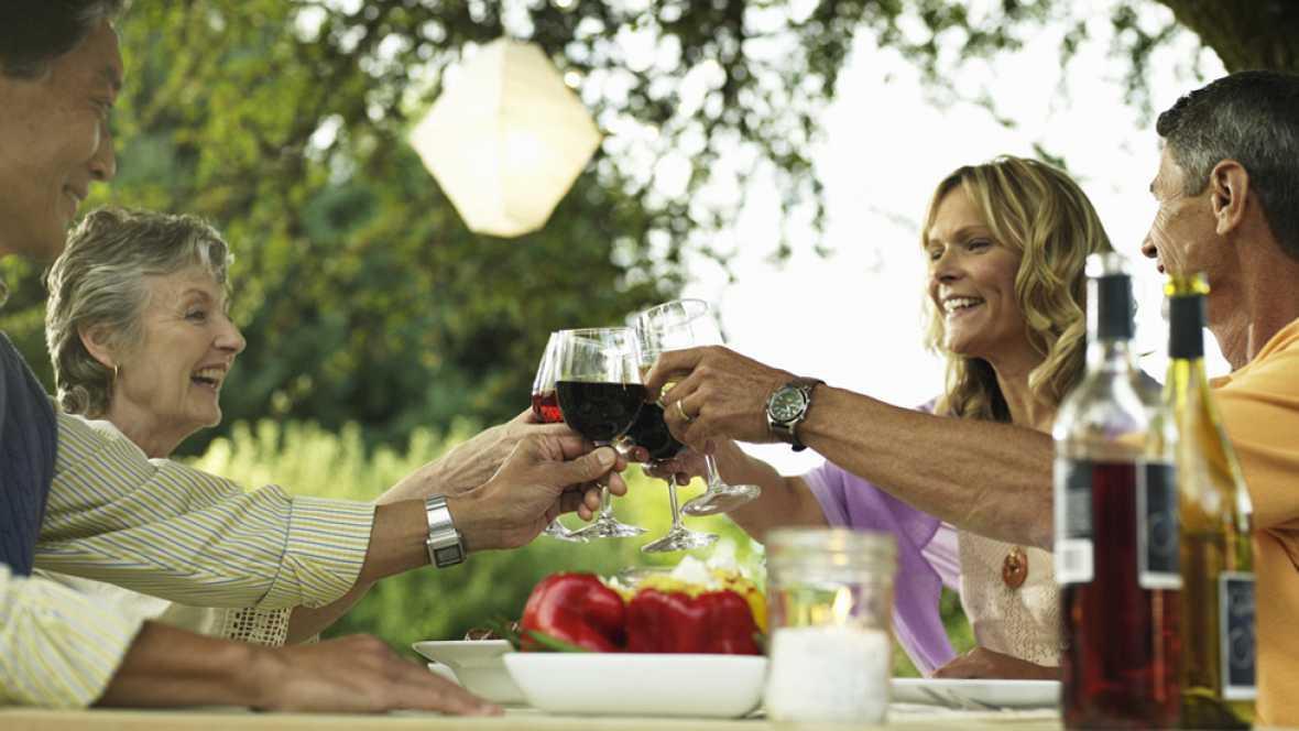 Mitos sobre la alimentación: ¿Una copita de vino en las comidas es saludable?