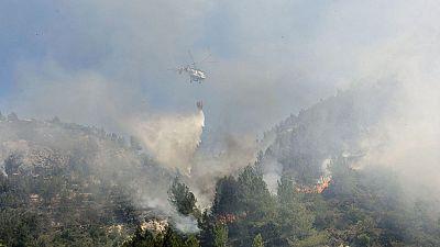 Los equipos de extinción siguen luchando contra  el fuego que está perimetrado, pero no controlado