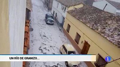 Un río de granizo anega el pueblo de San Clemente, en Cuenca