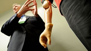 Un tetrapléjico consigue mover un brazo robótico con el pensamiento