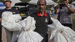 Malasia encuentra 139 fosas comunes en los campos de los traficantes de personas