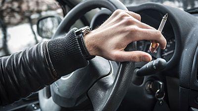 La mayoría de los fumadores españoles, a favor de prohibir fumar en los coches cuando viajan niños