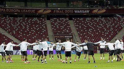 El Sevilla se juega en Varsovia un doble reto, convertirse en el primer equipo que levanta cuatro trofeos de Europa League y hacerse con una plaza en la Champions para la próxima temporada.