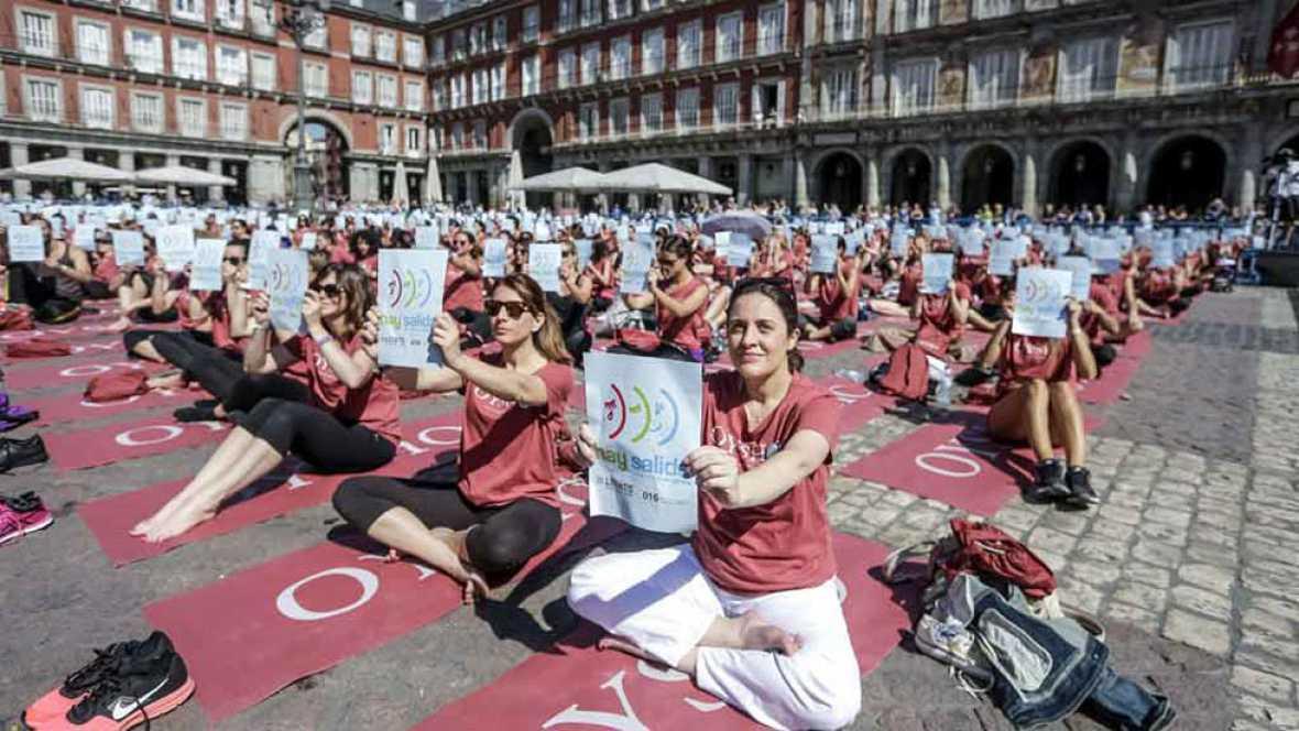 3.000 personas practican yoga en la plaza mayor de Madrid